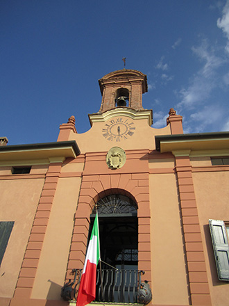 Foto 1 - La facciata principale di Palazzo Sessa-Aldrovandi con la torre campanaria a vela